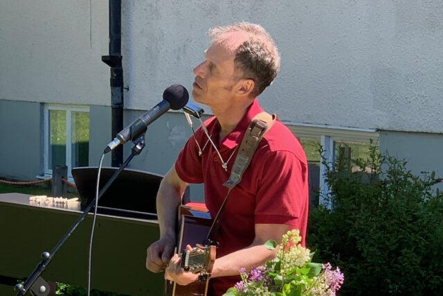 Friluftsgudstjänst i trädgården med musik av Thomas Cervin