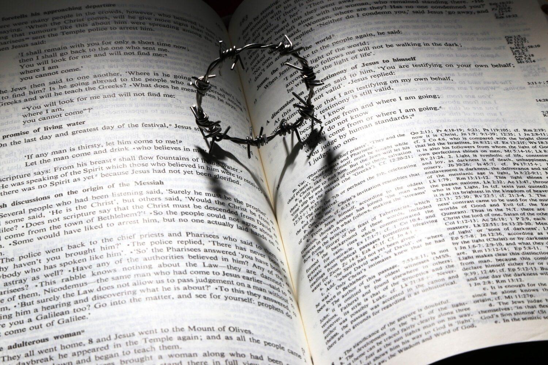 En uppslagen bibel med en taggtråd som samtidigt bildar ett hjärta